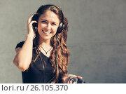 Купить «Счастливая девушка слушает музыку», фото № 26105370, снято 27 апреля 2017 г. (c) Albert Kant / Фотобанк Лори