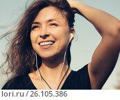 Купить «Счастливая девушка слушает музыку», фото № 26105386, снято 27 апреля 2017 г. (c) Albert Kant / Фотобанк Лори