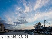 Вид на храм Христа Спасителя и Патриарший мост, Москва, Россия. Редакционное фото, фотограф Малахов Алексей / Фотобанк Лори