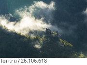 Morning mist around the ruins of a watchtower in the vicinity of Borjomi, Georgia. Стоковое фото, фотограф Aleksandr Lutcenko / Фотобанк Лори
