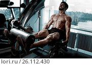Купить «Strong bodybuilder training quads», фото № 26112430, снято 30 марта 2020 г. (c) easy Fotostock / Фотобанк Лори
