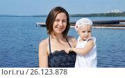 Молодая белая женщина с маленьким ребенком отдыхают на пруду летом, Екатеринбург. Верх-Исетский пруд. Стоковое фото, фотограф Юлия Дьякова / Фотобанк Лори