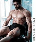 Купить «Strong bodybuilder training quads», фото № 26137874, снято 30 марта 2020 г. (c) easy Fotostock / Фотобанк Лори