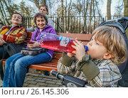 Купить «Мальчик пьет клюквенный морс из пластиковой бутылки», эксклюзивное фото № 26145306, снято 30 апреля 2017 г. (c) Виктор Тараканов / Фотобанк Лори