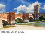 Мост Скалигеров через реку Адидже и замок Кастельвеккио, Верона, Италия (2017 год). Стоковое фото, фотограф Наталья Волкова / Фотобанк Лори
