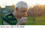 Купить «Funny man sniff a flower», видеоролик № 26170994, снято 4 мая 2017 г. (c) Илья Шаматура / Фотобанк Лори