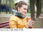 Купить «Молодая девушка согревается горячим напитком в холодный день», фото № 26183718, снято 6 мая 2017 г. (c) Victoria Demidova / Фотобанк Лори