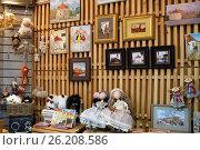 Витрина сувенирного магазина в городе Выборг, эксклюзивное фото № 26208586, снято 24 сентября 2016 г. (c) Константин Косов / Фотобанк Лори
