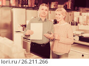 Pretty mature couple took credit for home appliances. Стоковое фото, фотограф Яков Филимонов / Фотобанк Лори