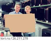 Купить «Happy mature couple purchased and packed goods», фото № 26211278, снято 27 июня 2019 г. (c) Яков Филимонов / Фотобанк Лори