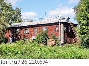Двухэтажный жилой барак в городе Павловском Посаде Московской области (2016 год). Стоковое фото, фотограф stargal / Фотобанк Лори