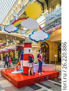 Купить «Реклама детских товаров в ГУМе», эксклюзивное фото № 26220886, снято 5 мая 2017 г. (c) Виктор Тараканов / Фотобанк Лори