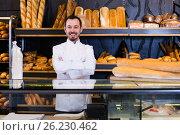 Купить «Bearded male pastry maker demonstrating pastry», фото № 26230462, снято 26 января 2017 г. (c) Яков Филимонов / Фотобанк Лори
