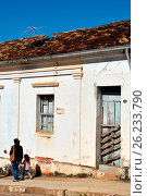 Купить «Mother and daughter walking in front of the abandoned house facade in Coronel Antônio Costa Street in downtown, Guaxupé, Minas Geraos, Brazil, 06.2016», фото № 26233790, снято 13 июня 2016 г. (c) age Fotostock / Фотобанк Лори