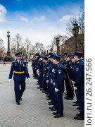 Офицер МВД строит курсантов на парад 9 мая (2017 год). Редакционное фото, фотограф Михаил Аникаев / Фотобанк Лори