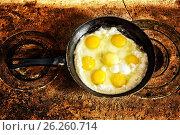 Купить «Свежие жареные яйца, обжаренные на деревенской печи в старой сковороде», фото № 26260714, снято 13 мая 2017 г. (c) Наталья Осипова / Фотобанк Лори