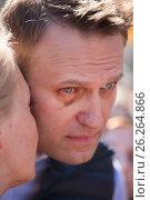 Купить «Алексей Навальный с супругой Юлией на проспекте Академика Сахарова принимают участие в митинге против сноса пятиэтажек в Москве, Россия», фото № 26264866, снято 14 мая 2017 г. (c) Николай Винокуров / Фотобанк Лори