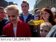 Купить «Алексей Навальный с супругой Юлией и сыном Захаром на проспекте Академика Сахарова принимают участие в митинге против сноса пятиэтажек в Москве, Россия», фото № 26264870, снято 14 мая 2017 г. (c) Николай Винокуров / Фотобанк Лори