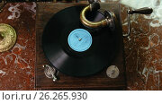 Купить «Vinyl record spinning on vintage old gramophone - top view», видеоролик № 26265930, снято 26 марта 2019 г. (c) Константин Шишкин / Фотобанк Лори