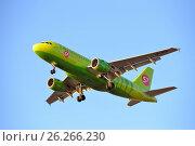 Купить «Самолёт Airbus A319 VP-BTP авиакомпании S7 летит в синем небе на закате в лучах солнца», фото № 26266230, снято 13 мая 2017 г. (c) Максим Мицун / Фотобанк Лори