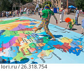 Volgograd, Russia - June 12, 2011: Clown walks on a puzzle of map of Russia on the Independence day of Russia in Volgograd. Редакционное фото, фотограф Юлия Олейник / Фотобанк Лори