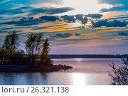 Купить «Весенний закат над Бердским заливом. Река Бердь, Новосибирская область, Сибирь, Россия», фото № 26321138, снято 14 мая 2017 г. (c) Евгений Мухортов / Фотобанк Лори