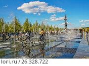 """Велосипедисты катаются между струями воды сухих фонтанов в """"Музеоне"""" (2017 год). Редакционное фото, фотограф Виктор Тараканов / Фотобанк Лори"""