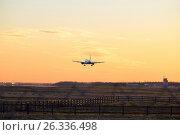 Купить «Самолёт приземляется вечером на закате», фото № 26336498, снято 13 мая 2017 г. (c) Максим Мицун / Фотобанк Лори