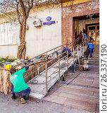 Купить «Монтаж конструкции для входа в магазин для инвалидов на коляске», эксклюзивное фото № 26337190, снято 18 мая 2017 г. (c) Виктор Тараканов / Фотобанк Лори