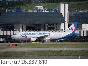 Самолет Airbus A320-214 авиакомпании «Уральские авиалинии» в Международном аэропорту Сочи (2016 год). Редакционное фото, фотограф Екатерина Лызлова / Фотобанк Лори