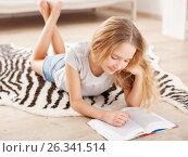 Купить «Девочка читает книгу», фото № 26341514, снято 24 октября 2016 г. (c) Гладских Татьяна / Фотобанк Лори