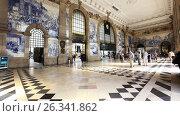 People in Sao Bento Railway Station in Porto, Portugal, видеоролик № 26341862, снято 8 мая 2017 г. (c) Лиляна Виноградова / Фотобанк Лори
