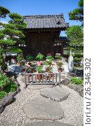 Купить «Цветущий весенний сад с цветами в святыне Hasedera. Внутренние деревянные постройки. Город Камакура, Япония», фото № 26346302, снято 15 апреля 2013 г. (c) Кекяляйнен Андрей / Фотобанк Лори