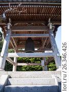Деревянная колокольня с колоколом во внутреннем дворе в японском храме Hasedera в городе Камакура, Япония (2013 год). Редакционное фото, фотограф Кекяляйнен Андрей / Фотобанк Лори