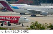 Купить «Airplane turn runway before departure», видеоролик № 26346662, снято 4 декабря 2016 г. (c) Игорь Жоров / Фотобанк Лори