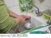Женщина моет посуду. Стоковое фото, фотограф Краснова Ирина / Фотобанк Лори