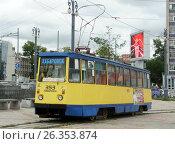 Купить «Трамвай 71-605 (КТМ-5) с бортовым номером 353 на конечной остановке у железнодорожного вокзала. Город Хабаровск.», фото № 26353874, снято 22 августа 2012 г. (c) Дмитрий Гаврилюк / Фотобанк Лори