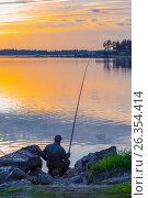 Купить «Рыбак ловит рыбу поплавочной удочкой на закате дня. Река Бердь, Новосибирская область, Сибирь, Россия», фото № 26354414, снято 14 мая 2017 г. (c) Евгений Мухортов / Фотобанк Лори