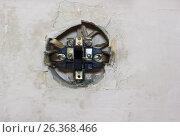 Старый разобранный электрический переключатель в стене. Стоковое фото, фотограф Karataevo / Фотобанк Лори