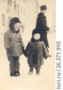 1963 год, город Петрозаводск. Дети стоят на улице. Редакционное фото, фотограф Сергей Костин / Фотобанк Лори