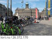 Купить «Королевский дворец и стоянка велосипедов на площади Дам в Амстердаме», фото № 26372170, снято 14 мая 2017 г. (c) Irina Opachevsky / Фотобанк Лори