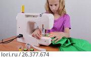 Купить «Девочка подросток сшивает ткань, делает строчку из нити», видеоролик № 26377674, снято 27 мая 2017 г. (c) Круглов Олег / Фотобанк Лори