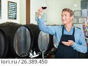 Купить «Seller promoting to taste wine», фото № 26389450, снято 30 марта 2020 г. (c) Яков Филимонов / Фотобанк Лори