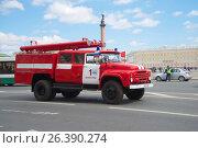 Купить «Пожарный автомобиль на базе ЗИЛ-130 в движении. Третий ежегодный парад ретротранспорта в Санкт-Петербурге», фото № 26390274, снято 21 мая 2017 г. (c) Виктор Карасев / Фотобанк Лори