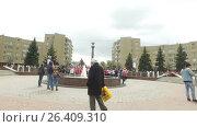 People walk by the fountain on Pushkin square (2017 год). Редакционное видео, видеограф Елена Абдураманова / Фотобанк Лори