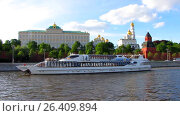 Купить «Туристический катер плывет по Москве-реке на фоне Кремля», видеоролик № 26409894, снято 30 мая 2017 г. (c) Алексей Ларионов / Фотобанк Лори