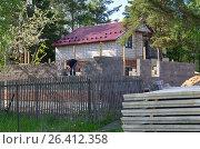 Купить «Строительство нового дома из газобетонных блоков», эксклюзивное фото № 26412358, снято 30 мая 2017 г. (c) Елена Коромыслова / Фотобанк Лори