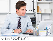 Купить «Businessman in office clothes filling up documents», фото № 26412514, снято 25 апреля 2017 г. (c) Яков Филимонов / Фотобанк Лори