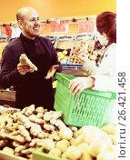Купить «Mature man selling ginger to female customer», фото № 26421458, снято 18 января 2019 г. (c) Яков Филимонов / Фотобанк Лори