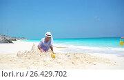 Купить «Young father and little kids making sand castle at tropical beach», видеоролик № 26429702, снято 18 мая 2017 г. (c) Дмитрий Травников / Фотобанк Лори